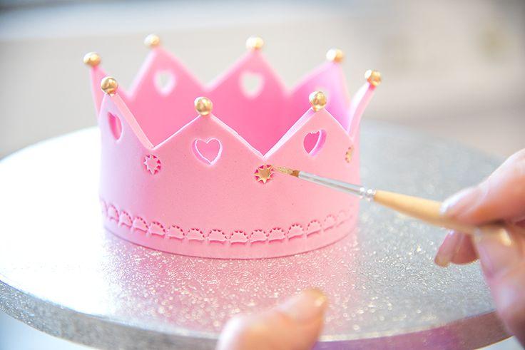 Für kleine Prinzessinnen. Feine Schokoladentorte mit einer leckeren Creme und luftigem Schokobiskuit. Mit unseren Schritt-für-Schritt Anleitungen kannst du die Deo kinderleicht herstellen. #cakeart #prinzessin #cakeinspiration #crowne