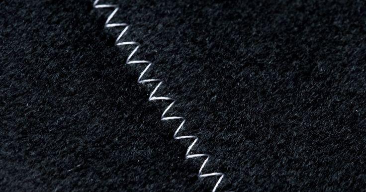 Como finalizar costuras com um ponto zigue-zague. Finalizar uma costura reta corretamente dá um ar profissional ao trabalho, bem como aumenta a durabilidade da peça - o que é especialmente importante em roupas de crianças ou peças muito usadas. Um dos acabamentos mais rápidos e simples é o ponto zigue-zague. O ponto encerra a sobra da costura, reduzindo o desfiamento e volume desnecessário de ...