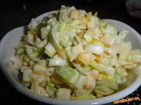 Pór nakrájame na drobno...pridáme zliatu kukuricu z konzervy...jabĺčko nakrájané na malé kocky...syr...