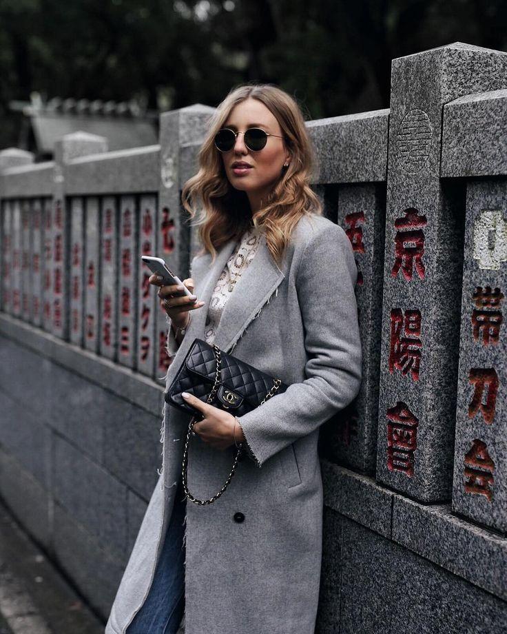 Grauer Wollmantel, Spitzenbluse und Chanel Tasche