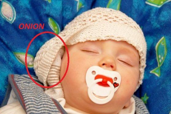 Elle dépose un oignon au lit de son fils pendant son sommeil ! La raison va vous surprendre