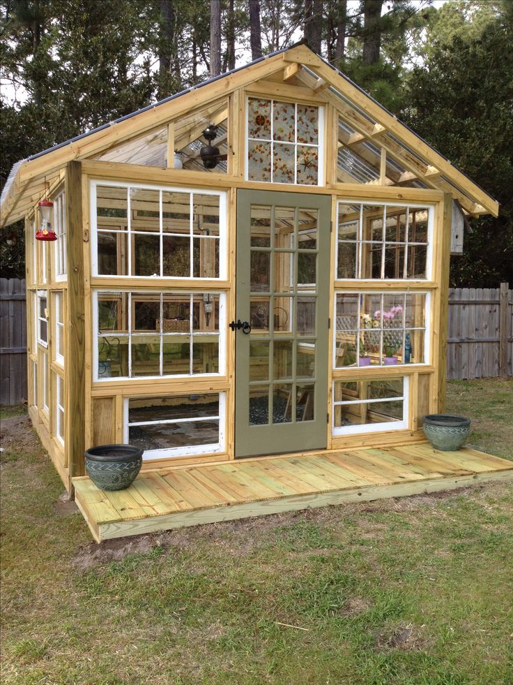 Serre de jardin avec de vielles fenêtres