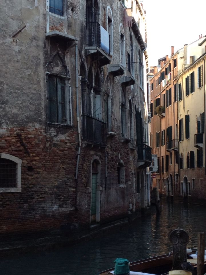 I love how oldy worldy these buildings look #venice
