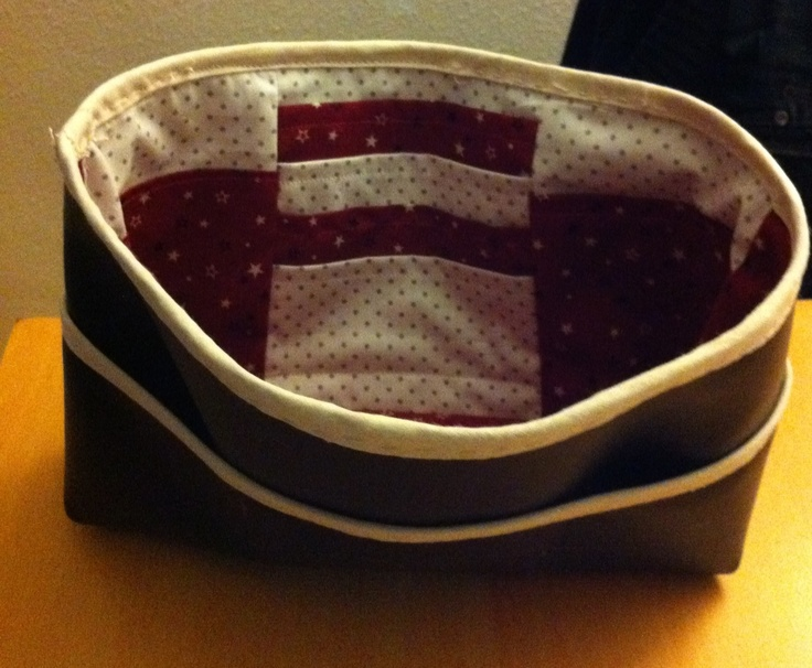 Mon organisateur de sac d après le tuto d ici: http://www.pourmesjolismomes.com/2011/02/le-tuto-de-mon-organisateur-de-sac.html?m=1! Tuto super clair et détaillé! Une simplicité à suivre, c est autre chose à coudre, j en ai bavé pour le simili cuir, mais je l adore déjà!!