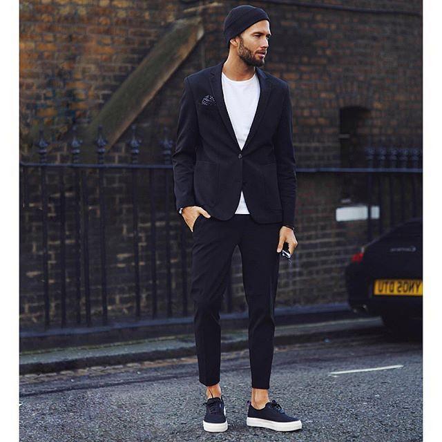 モノトーンコーデ 黒ニットキャップ×黒スーツ×白Tシャツ×黒ローカットスニーカー | メンズファッションスナップ フリーク | 着こなしNo:146748