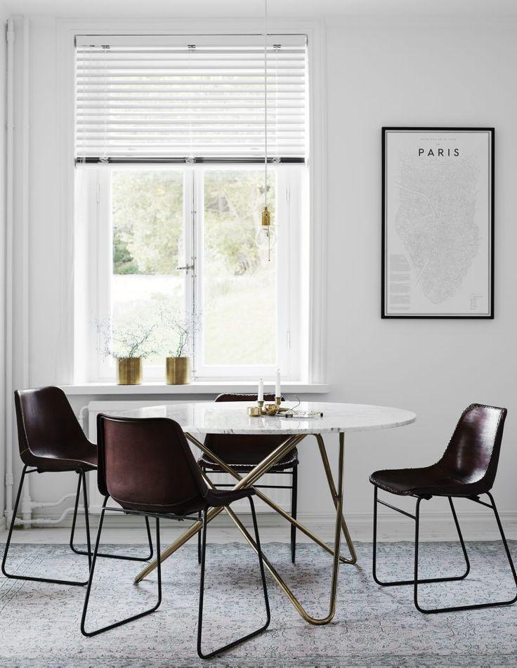 Jadalnia w nowoczesnym wydaniu. Coraz częściej w jadalni stawiamy na zupełnie inne rozwiązania, których zadaniem jest stworzenie przede wszystkim funkcjonalnego i prostego miejsca do spożywania posiłków. Tutaj mamy przykład takiej nowoczesnej jadalni, w której postawiono na proste krzesłom i stół z metalu i tworzyw sztucznych, które mogą być alternatywą wobec tradycyjnych drewnianych mebli. #jadalnia #meble #stół ##krzesła ##metalowe