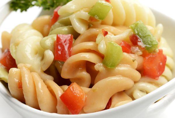 Σαλάτα με κοτόπουλο, βίδες, γιαούρτι και τυρί. Δροσερή καλοκαιρινή σαλάτα!