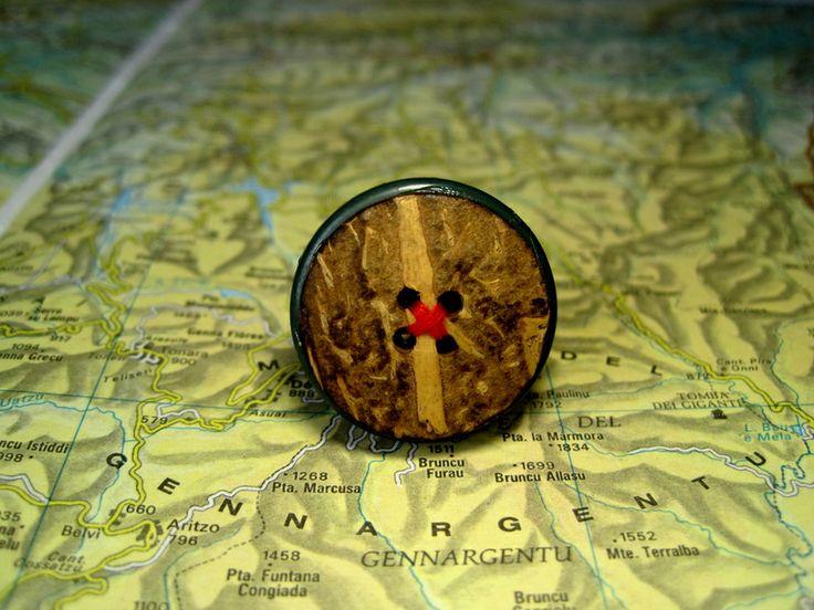 Anello Ecologico con Bottone in Legno e Filo Rosso di L'atlante dei Bottoni Bijoux su DaWanda.com