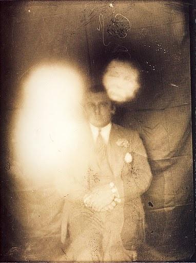 Foto antigua donde se puede apreciar evidencias de signos paranormales.
