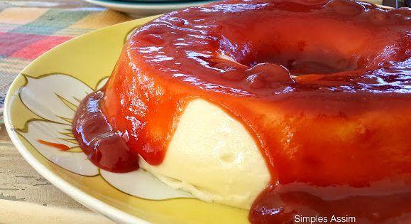 Sabe aquelas sobremesas fáceis e que você sempre lembra quando quer um docinho leve e descomplicado? É essa: Flan de iogurte com calda de goiaba. Ela já virou clássico aqui em casa e sempre estou variando a calda: caramelo, frutas vermelhas, maracujá...As... #doces #sobremesas #valeapenafazerenovo