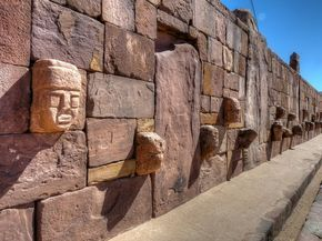 Es importante que veas Tiahuanaco. Es muy bonito con las caras en la tierra.