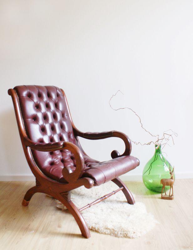 Vintage Chesterfield fauteuil. Stoere barok stoel in ossenbloed/bordeaux rood