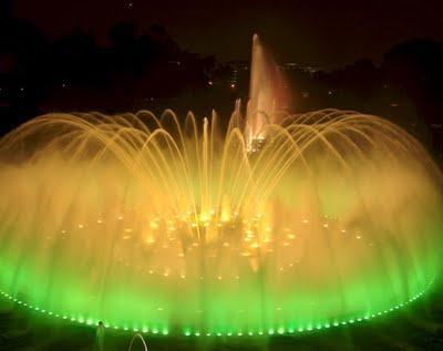 La Fuente Mágica de Montjuic en Barcelona es un espectáculo imperdible. Por las noches el agua parece bailar.