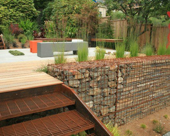 Un mur en gabion pr s de la terrasse escalier exterieur for Impermeabiliser un mur exterieur