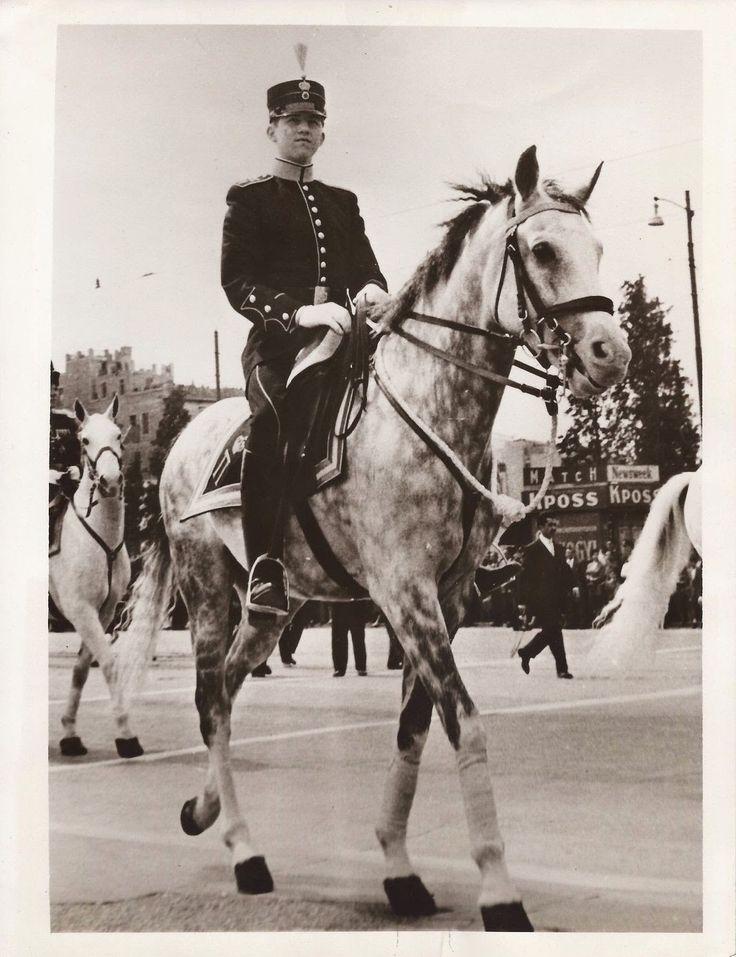 Εικόνες ανθρώπων από την Ελλάδα του χτες. Ο φακός απαθανατίζει, πρόσωπα και τοπία. Ο χρόνος περνάει, όμως οι στιγμές μένουν.    ...Αθήνα 1957. Ο Πρίγκηπας Κωνσταντίνος (17 ετών) παίρνει μέρος, για πρώτη φορά, στη παρέλαση της τελετής εορτασμού της 25η Μαρτίου.