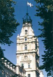 tour centrale de l'édifice du parlement à Québec, Capitale nationale de notre État du Québec.  Le 21 janvier 1948, le fleurdelisé prenait la place de l'Union Jack, drapeau britannique, au sommet de la tour centrale de l'hôtel du Parlement.