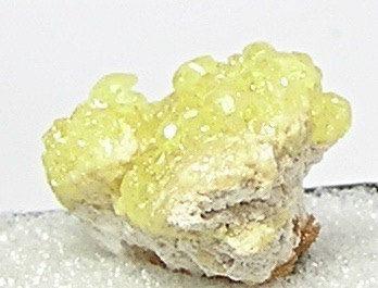 Cristales de sulfuro de azufre amarillo en roca por FenderMinerals