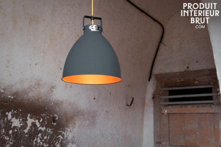 """Lampadario Jieldè Augustin. Il lampadario Augustin è un degno rappresentante dello stile industriale delle lampade Jieldé che sono in produzione dal 1950 all'azienda Jieldé a Lione. Il successo di questo marchio é dovuto allo stile senza tempo, l'impeccabile lavorazione e lo stampo """"Made in France"""" che simboleggia qualità."""