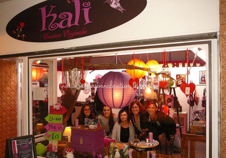 Au cœur de la galerie l'Alhambra, rue Maréchal-Foch, le magasin Kali créations originales fête son 1er anniversaire. Il a ouvert le 12 novembre 2014. Ce magasin réalise des objets décoratifs, des bijoux, des vêtements pour femmes… L'ensemble des ...