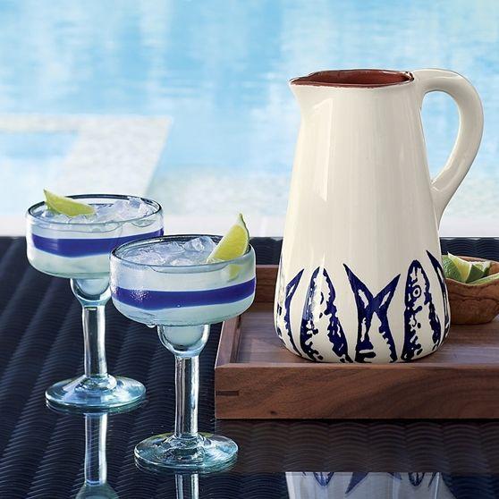 Kobalt mavi geniş bantın sarmaladığı bu margarita bardağı, eşsizdir ve yeniden değerlendirilen camın üflenmesiyle elde edilmiştir.