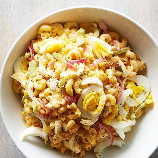 Deviled Egg Macaroni Pasta Salad crema:cipolle glassate con aceto, maionese, senape e rosso di 1 uovo. Aggiungere bianco uovo tritato, sottaceti e sedano. Paprica e pepe a piacere