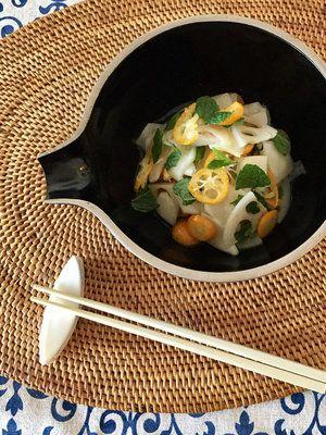 ミントの葉は、彩りを添える意味でも重要。さわやかな風味が身上のマリネを楽しんで。|『ELLE a table』はおしゃれで簡単なレシピが満載!