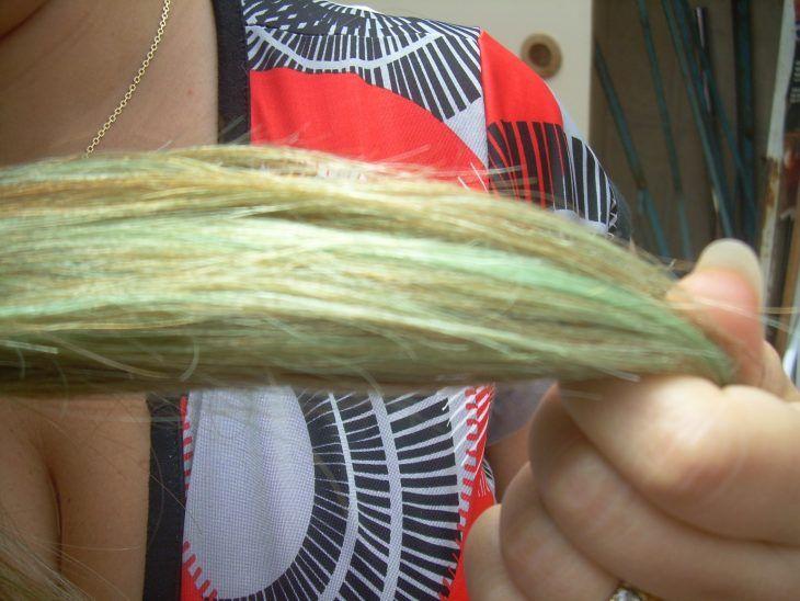 La aspirina vs. el color verde mechón de cabello verde  Un remedio muy efectivo para eliminar el color verdoso que queda en el cabello con el cloro de algunas albercas, es enjuagarlo con agua caliente en la que previamente hayas disuelto 8 aspirinas.