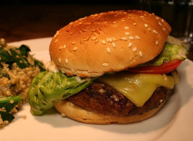 Dies ist ein Rezept für Portobello-Burger mit leckerer, selbstgemachter Soße. Portobello ist ein anderes Wort für Riesenchampignon. Versuche beim Einkauf die allergrößten zu finden, da wir ihre Köpfe als Burger-Patties verwenden werden.