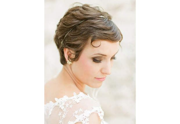 La coupe garçonne styliséeUne fois vos cheveux travaillés mèche à mèche avec une cire capillaire, il ne vous reste plus qu'à poser un joli headband dans votre chevelure.