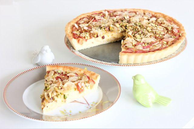 Rebarborový koláč zdobený pistáciemi a mandlemi