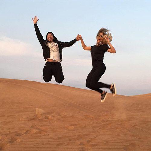 Nos Emirados Árabes, o casal tem se divertido pra valer. Prova disso é essa foto dos dois para lá de empolgados em um dos passeios turísticos da região. (Foto: Reprodução/Instagram)
