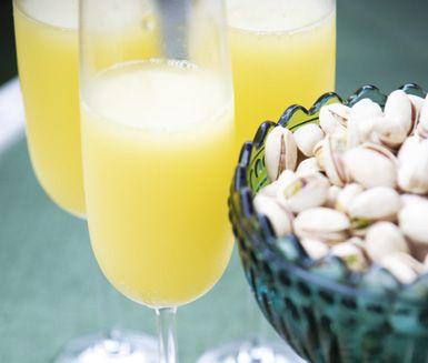 Välkomna dina gäster med mimosa som är en läskande och svalkande drink. Syrlig och frisk apelsinjuice blandas med bubbligt mousserande vin och resultatet blir härligt uppfriskande.