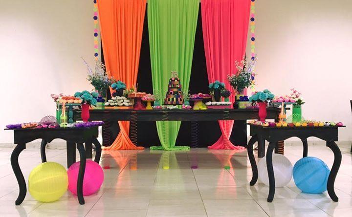 Festa Neon 15 anos por Fernanda Klein Arte e Design