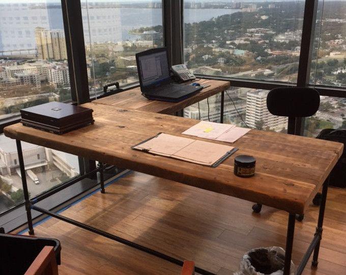 Madera maciza y acero escritorio configurado para su espacio de madera recuperada y su elección de estilo de pierna. Nos pide hacerlo en cualquier tamaño. Ofrecemos pie escritorio, escritorios de computadoras y estaciones de trabajo comunal. Cuadros personalizados, mesas comunales, mesas de conferencia, mesas de café, bancos y más ofrecidos en nuestra tienda de Etsy. Si usted compra este listado por favor indique en las notas si usted quiere un vuelta de lado derecho o izquierdo y qué estilo…