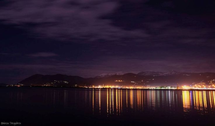 Νυχτερινή φωτογραφία της χώρας με χιονισμένο  το βουνό στο βάθος.