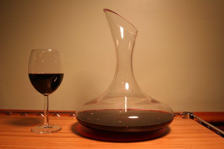 """Faut-il vraiment décanter ou aérer tous les vins ? Quels sont les bienfaits et les risques de cette opération ? Petite balade parmi les idées reçues qui courent au sujet des vins qui voudraient """"prendre l'air""""."""