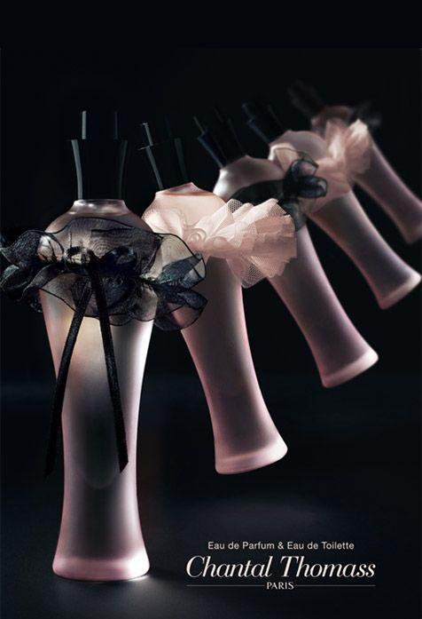L'eau de parfum et l'eau de toilette Chantal Thomass, bouteille rose et dentelle noire et rose
