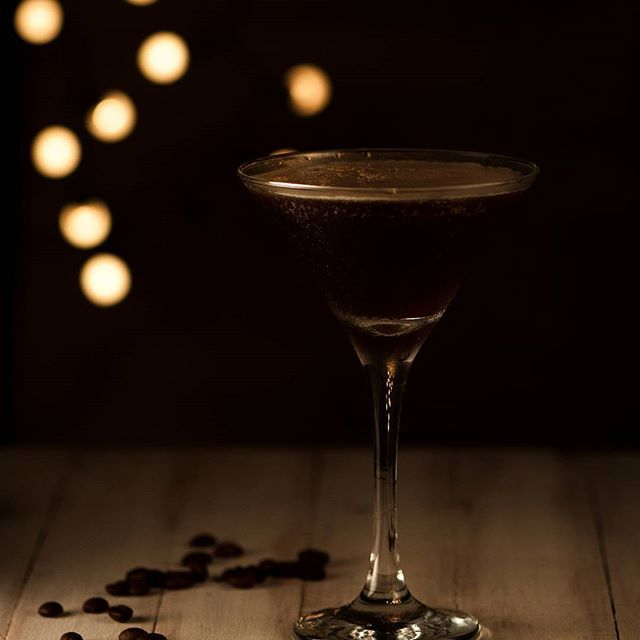Terminando la noche con un Expresso Martini. Un muy buen plan! @cafe.cabrales  #coffee #instacoffee #cofeestagram #coffeetime #coffe  #drinkcoffee #expresso #coffeelove #coffeelover #instadrink #drinkstagram  #expressomartini #expressomartinis #drinks #drinks🍸#tv_stilllife #stilllife @pinkladyappleuk @foodphotoaward #rsa_vsco #plfpotyoct #martini