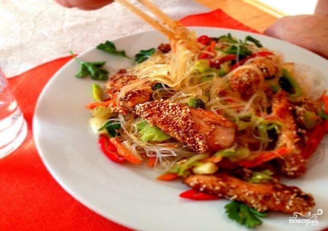 Курица с фунчозой и овощами Куриная грудка — 2 Штуки Устричный соус — По вкусу Фунчоза — 150 Грамм Луковица — 1 Штука Порей — 1 Штука Морковь — 1 Штука Брокколи — 150 Грамм Спаржа — 100 Грамм Кунжут — По вкусу Кунжутное масло — 2-4 Ст. ложек