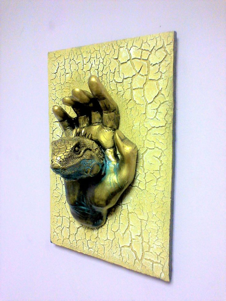 Панно Декоративное на стену Внутренняя сила.В каждом из нас есть некое животное, иногда оно показывается для защиты своего хозяина. Постарайтесь контролировать своё животное. Окрас самой скульптуры выполнен с плавным переходом от золотого к бронзе. Поверхность паспарту выполнена с использованием шпаклёвки кракелюр.