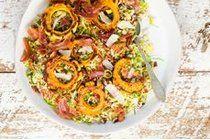 Salade d'automne avec orge, choux de Bruxelles, courge delicata et pacanes