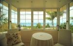 Capellania 595  Esta villa ofrece las mejores vistas sobre toda la costa y sol durante todo el día. Construido en una posición elevada y privilegiada nos ofrece esta cómoda villa en un solo nivel una entrada abierta, cocina, gran salón-comedor con diferentes zonas de estar, aseo, dormitorio y baño de invitados y la suite principal con baño en-suite y vestidor y una segunda cocina. En una apartamento separado está el tercer dormitorio, con saloncito integrado y el cuarta baño. Toda la viviend