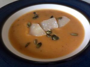 Kremova zemiakovo-mrkvova polievka s tekvicovymi semiackami a parmezanom