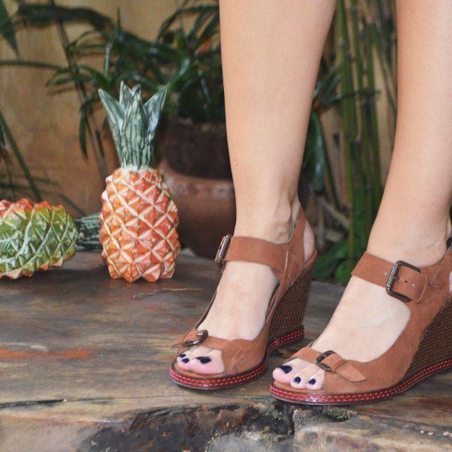 A Sandália Anabela Tiras da linha Numerada é daquelas que não queremos tirar mais dos pés! Estilosa e superconfortável é ideal para compor looks casuais! #paulaferber #handmade #cool #shoes #comfy