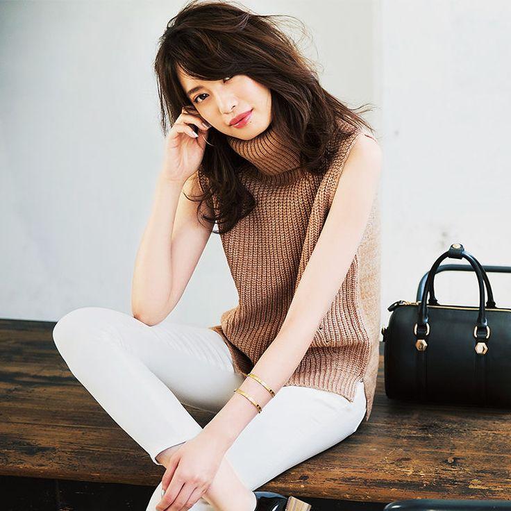 この秋、真っ先に手に入れたい美人カラー・キャメルは、いつもより大人っぽく感度高めなおしゃれが叶う注目の色。取り入れやすいベーシックカラーだから、×白で簡単に着こなせちゃうんです! 品良く美人見えするコーデをつくるコツは、顔周りに白を置くこと。早速おすすめコーデをチェック♡
