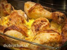 Kurča na syre 1 kurča 300 g syr tvrdý 200 ml smotana na šľahanie 2 vajcia hladká múka korenie na kura olej na vymastenie soľ  Do vymasteného pekáča navrstvíme polovicu strúhaného syra. Umyté kurča naporcujeme, okoreníme a osolíme. Mäso obalíme v hladkej múke, rozšľahaných vajíčkach a poukladáme na syr v pekáči. Kúsky kuraťa posypeme zvyšným strúhaným syrom, zalejeme smotanou a dáme do vyhriatej rúry. Pečieme pri teplote 180 °C asi 30 až 40 minút.
