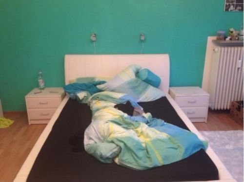 1,40 x 2,00m großes weißes Bett in Leder Optik mit hoher Rückenlehne. ca. 1 Jahr alt, neuwertig, nur am Wochenende genutzt Zubehör incl.: Matratze, Lattenrost und 2 Nachtkästchen - ebenfalls in weißer Leder Optik mit 2 Schubkästen.
