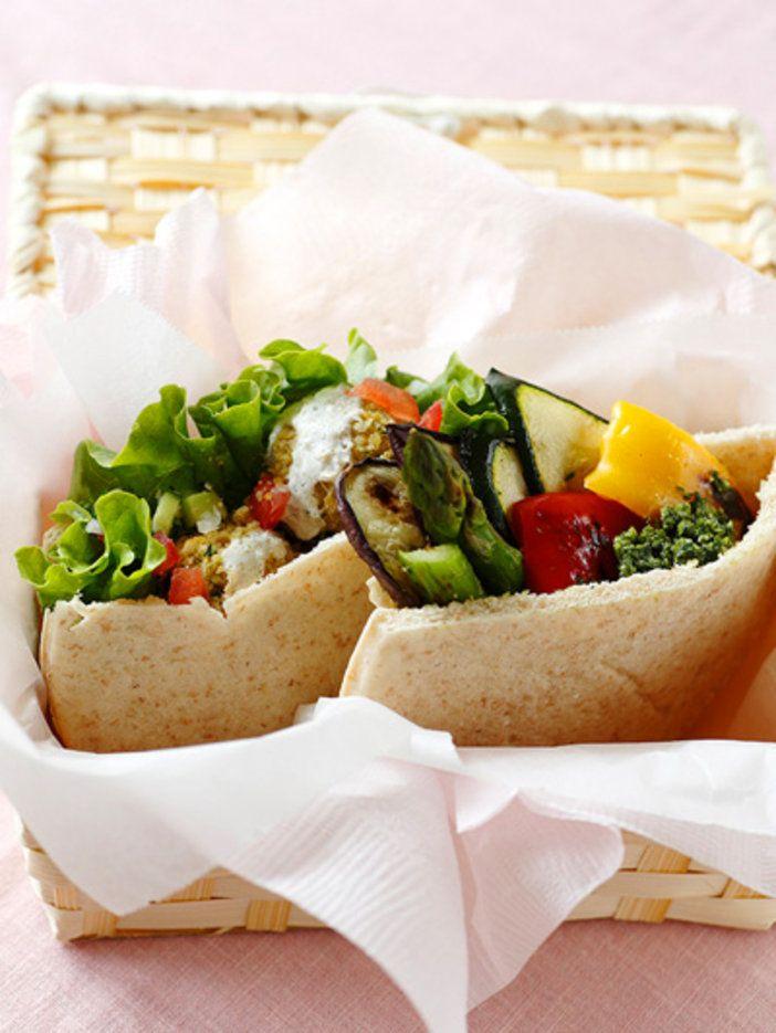 ベジタリアンなピタパンのサンドイッチ。食べる直前に具をサンドしてオリジナルソースをかけて召し上がれ!|『ELLE a table』はおしゃれで簡単なレシピが満載!