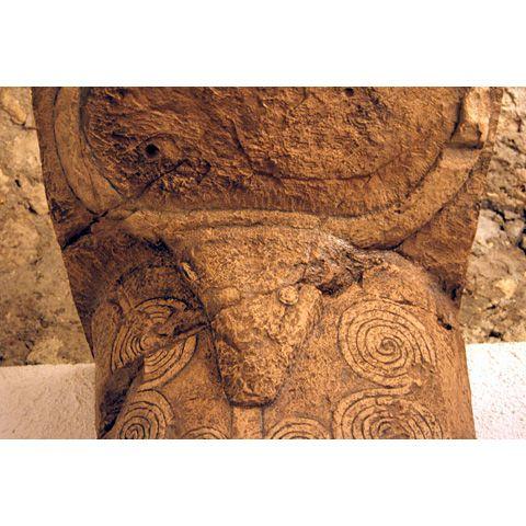 Protome taurina con spirali, necropoli prenuragica di Sant'Andrea Priu, Bonorva
