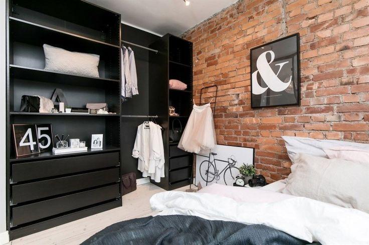 Czerwone cegły i czarne meble w sypialni - Lovingit.pl